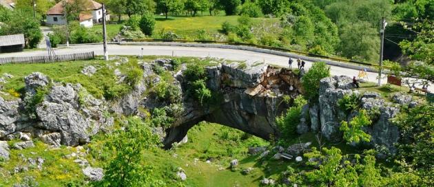"""""""Podul lui Dumnezeu"""" singurul pod natural DIN LUME, pe care se poate circula cu maşina și se află în România!"""