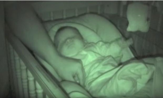 A mers să-și învelească bebelușul peste noapte, însă când i-a atins mânuța, ceva incredibil s-a petrecut. A repetat mișcarea, iar reacția a fost aceeași