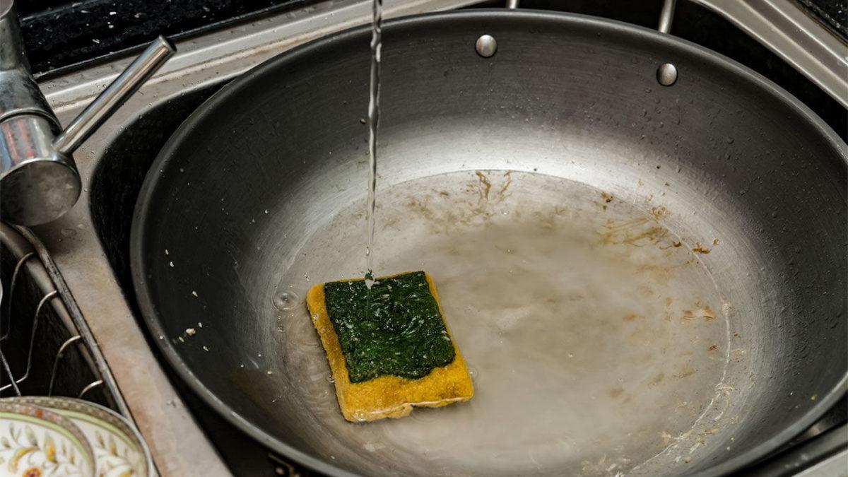 Buretele de bucătărie conține mii de miliarde de microbi. Dezinfectarea lui face și mai mult rău