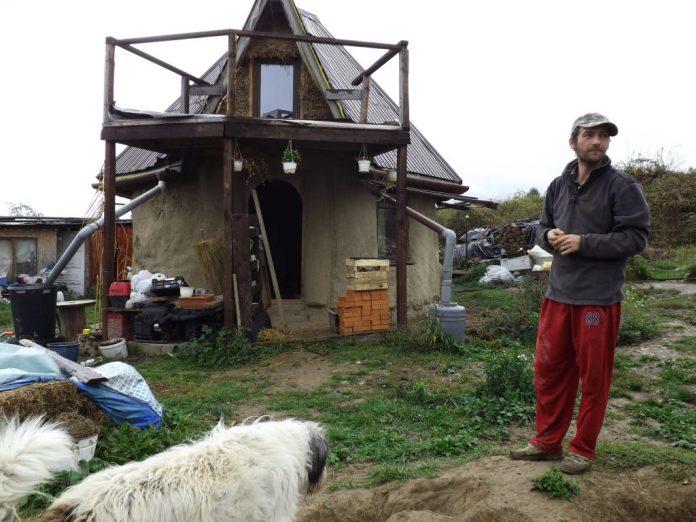 Casa din povești. Iată cum au reușit doi actori să-și ridice propria casă cu doar 3.500 de euro!