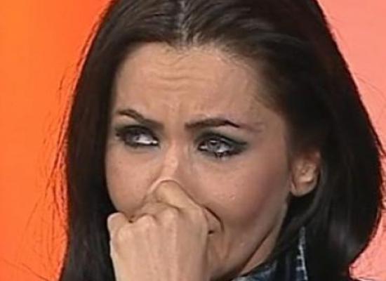 """CUTREMURATOR! Cea mai cunoscuta vedeta din Romania, Oana Zăvoranu a dat """"spargerea"""" la bancă! A ieşit în fugă cu o geantă doldora de bani şi… Un bodyguard îl aştepta într-un Porsche Cayenne pus pe avarii la uşa băncii"""