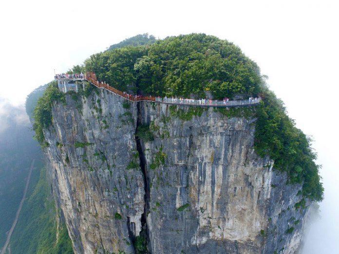În China s-a deschis traseul fricii! Este amplasat deasupra nivelului norilor şi este din sticlă…