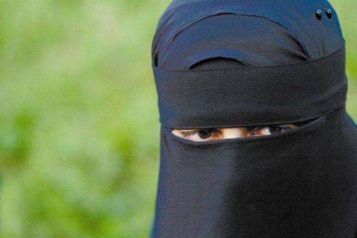 In 2007, romanca se marita cu un barbat de origine marocana. La inceputul casniciei, fiecare era liber sa practice propria religie, dar dupa cativa ani, sotul a obligat-o sa poarte vălul islamic. Șocant ce pățea femeia dacă uita sau refuza: