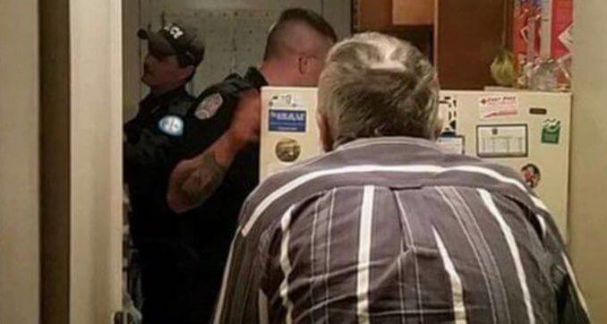 Acest bătrân și-a deschis într-o zi frigiderul, iar ce a găsit acolo l-a făcut să sune imediat la Urgențe! Poliția a venit rapid. Când am văzut ce au făcut acești oameni pentru el mi-am recăpătat speranța în oameni: