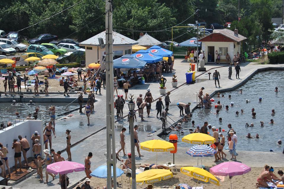 Stațiunea din România unde sute de persoane merg zilnic. Mulţi dorm în maşină ca să stea mai multe zile