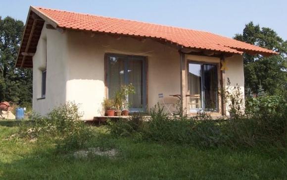 """Casa de 1.000 de euro, adusă în România de un arhitect. """",Inițial, se face o fundație de pietre de 50–70 de centimetri"""". Vezi cum arată:"""