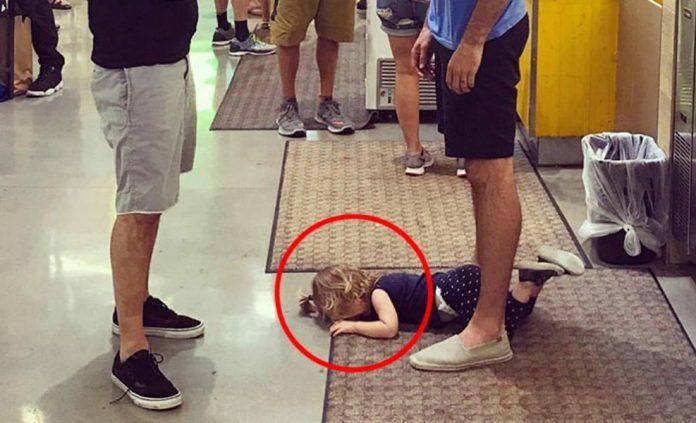 Fiica lui a început să plângă, să urle și să se tăvălească în supermarket, tatăl a așezat-o între picioarele lui și a… Când au văzut ce face, clienții i-au zis că e nebun, dar când le-a explicat, au început să plângă. Uite ce a făcut