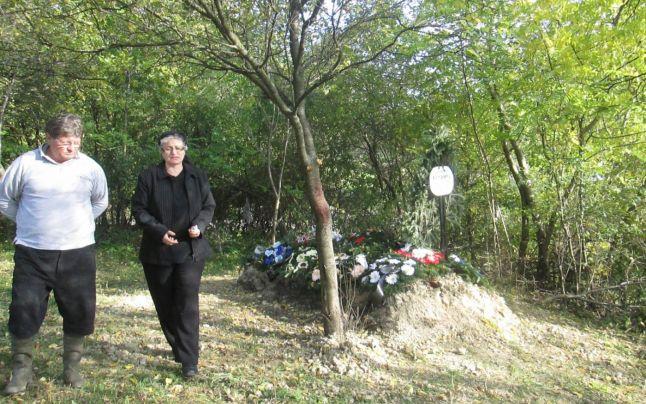 O bătrână dintr-o localitate din Sălaj a fost îngropată de rude chiar în grădina din spatele casei. Totul, după un scandal cu preotul care ar fi cerut familiei o taxă de o mie de lei pentru un loc în cimitir.