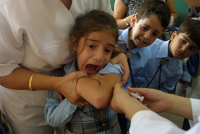 ATENȚIE părinți ! Copil paralizat de un vaccin !! Distribuie mai departe sa afle toată lumea !