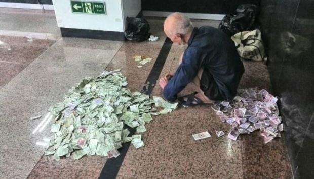 Mergea pe stradă când a văzut un cerșetor având în față un munte de bancnote. Bărbatul s-a apropiat ușor de bătrân să-l întrebe de unde are atâția bani, dar ce a urmat este uluitor