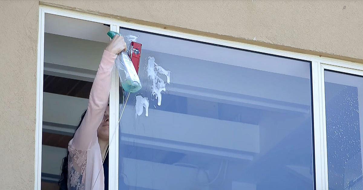 Locuiţi la etaj? Iată cum puteţi spăla geamurile într-un mod simplu şi în deplină siguranţă!