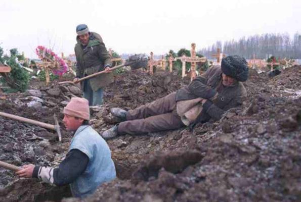 Doi gropari din Giurgiu și-au văzut moartea cu ochii, în timp ce săpau o groapă în cimitir. Au lovit cu lopeţile de câteva ori, neștiind ce e