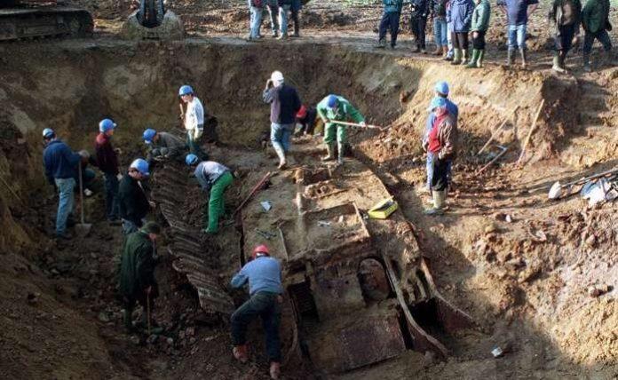 Vei citi cu lacrimi în ochi! Au găsit un tanc îngropat în pădure. Când l-au deschis au rămas fără cuvinte. Privește ce era în el!