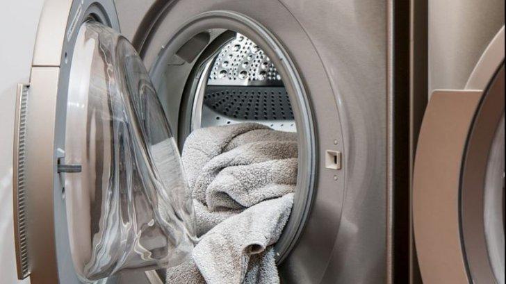 Uite ce haină nu trebuie să mai pui niciodată în mașina de spălat! Eu mereu făceam greșeala asta…
