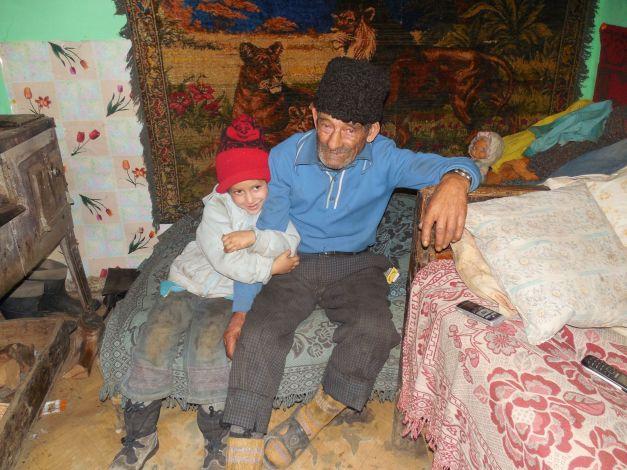 Cu foarte puţini bani, dar cu foarte multă dragoste, un bătrân de 69 de ani creşte singur trei minuni de copii.