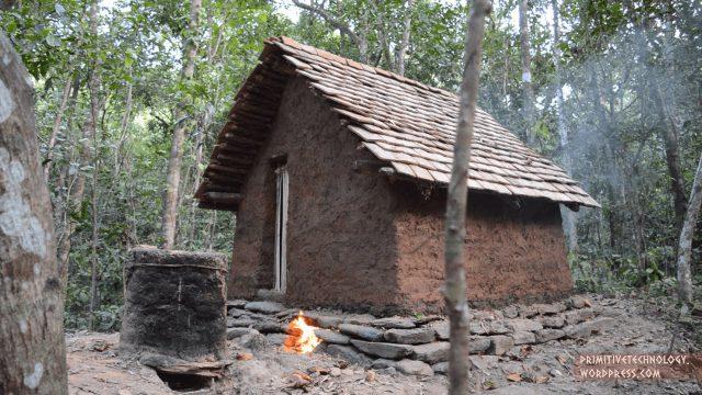 Acest tânăr își construiește locuințe în mijlocul pădurii cu mâinile goale, fără unelte