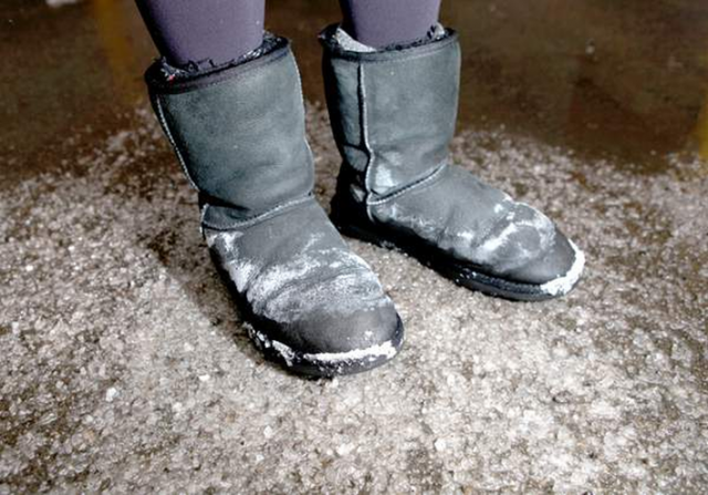 Vine zapada: cum sa faci ca sa nu iti mai apara niciodata pete de sare pe incaltaminte! Merge perfect, indiferent de material