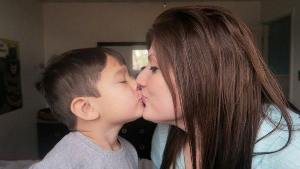 Ce pareri aveti despre mamicile care isi pupa copiii pe gura? Uite ce spun specialistii
