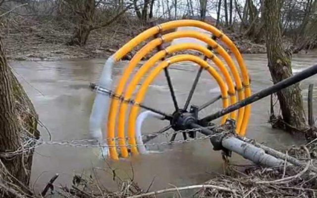 Trăiești lângă un râu? Aceasta este invenția care îți aduce apă în casă fără curent electric. Iată cât de genială este