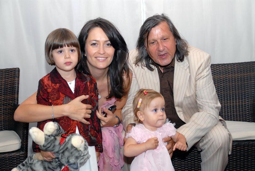 Buzunarul lui Ilie Năstase, tot mai gol din cauza pensiei alimentare! Suma enormă plătită de fostul tenismen pentru fetele sale! Vi se pare că renunță la prea mulți bani pentru fericirea fetelor sale?