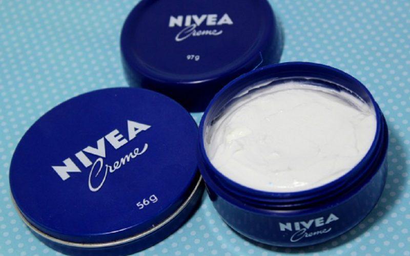 Mulți oameni folosesc crema Nivea în cutiuțe mici albastre, dar nu cunosc toate modurile în care aceasta poate fi utilizată