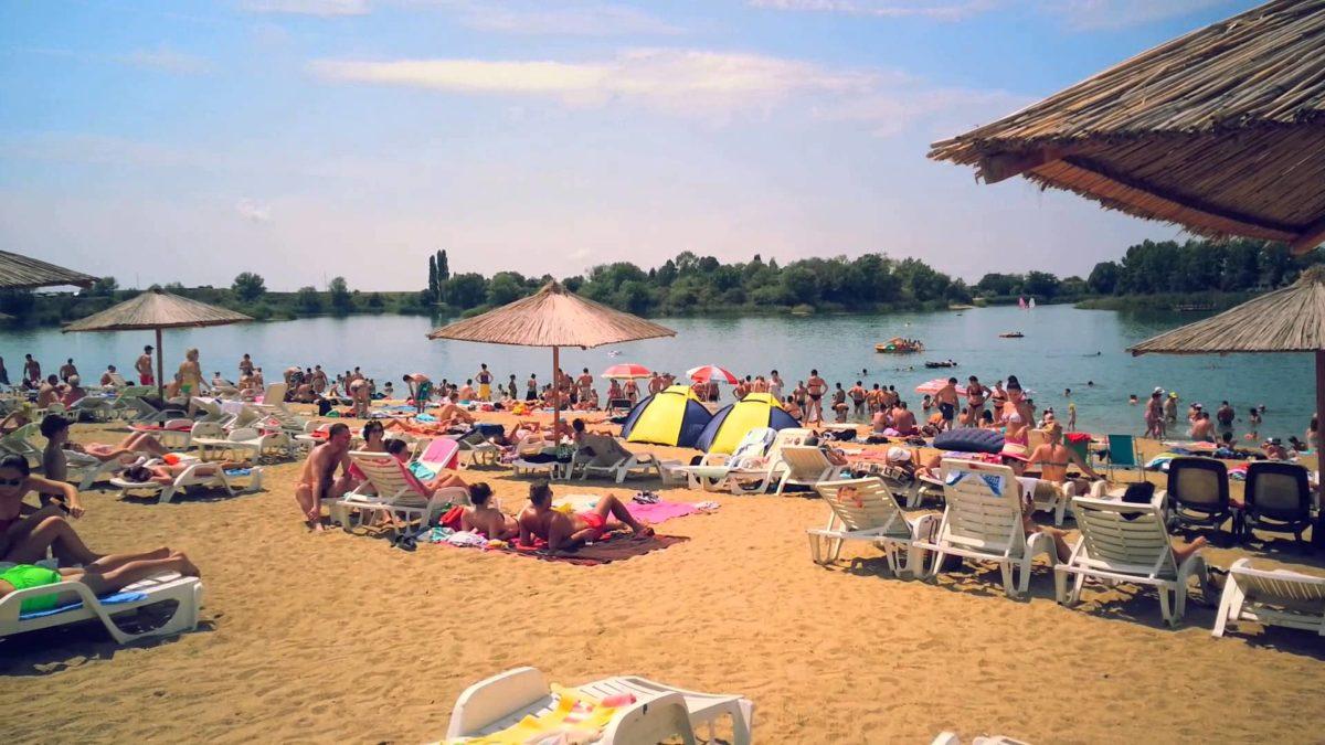 """""""Litoralul Vestului"""" noua atracție turistică a românilor! Mii de oameni au luat cu asalt plaja superbă cu nisip fin și palmieri. Iar prețurile sunt chiar de trei ori mai mici ca în Mamaia: Peisajul este de poveste!"""