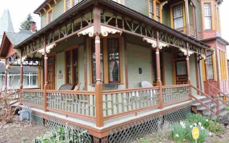 Casa asta a fost construită în 1887, era o dărăpănătură și mai avea puțin și cădea. A fost abandonată ani la rând, dar el a cumpărat-o și acum nimeni nu poate să creadă ce a făcut din ea! Iată cum arată acum