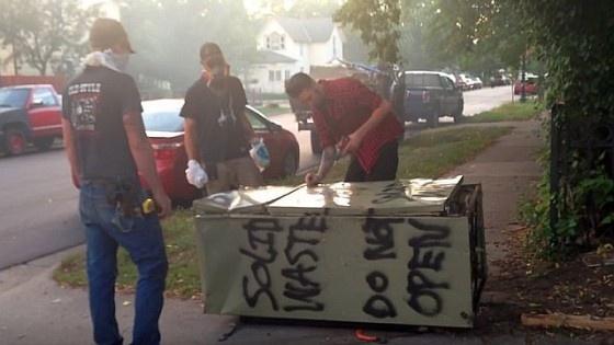 """Au găsit pe stradă un frigider pe care scria """"Nu deschideți!"""" dar l-au deschis și au regretat amarnic că nu au ascultat avertismentul. Uite ce au găsit înăuntru"""